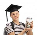 foto de jovem segurando pote com moedas