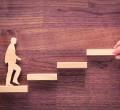 foto de homem subindo escada