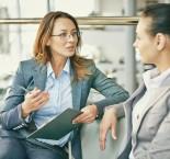 foto de mulheres conversando