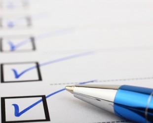 foto de caneta e papel com checklist
