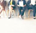 foto de pessoas sentadas na cadeira