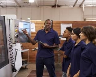 foto de pessoas uniformizadas trabalhando