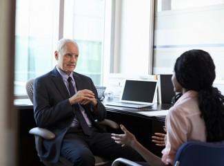 foto de homem e mulher conversando sentados