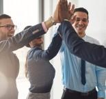 foto de equipe batendo as mãos
