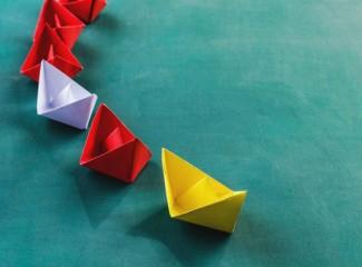 foto de barcos de papel amarelo, branco e vermelho