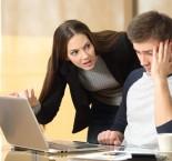 foto de mulher brigando com colega de trabalho