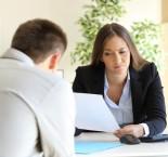 foto de mulher olhando papel na frente de um homem