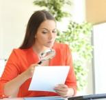 foto de mulher olhando currículo de candidato