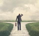 profissional indeciso entre dois caminhos