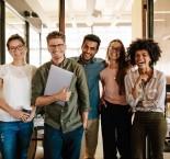 jovens profissionais em ambiente corporativo