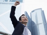 executivo erguendo o braço em sinal de comemoração