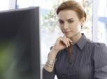 mulher concentrada no trabalho