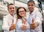 funcionários sorrindo e fazendo sinal de positivo