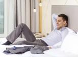 homem empreendedor deitado na cama