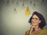 mulher com ilustrações de lâmpadas acesas