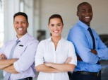 três funcionários sorridentes
