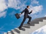profissional subindo uma escada em sinal de ascensão