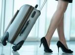 mulher levando uma mala de viagem