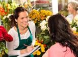foto de vendedora conversando com a cliente