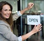 foto de mulher pendurando placa na porta
