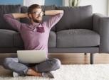 foto de homem sentando no chão com o computador no colo