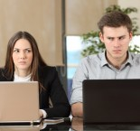foto de homem e mulher se olhando