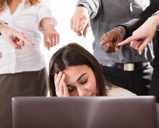 pessoas apontando o dedo no trabalho